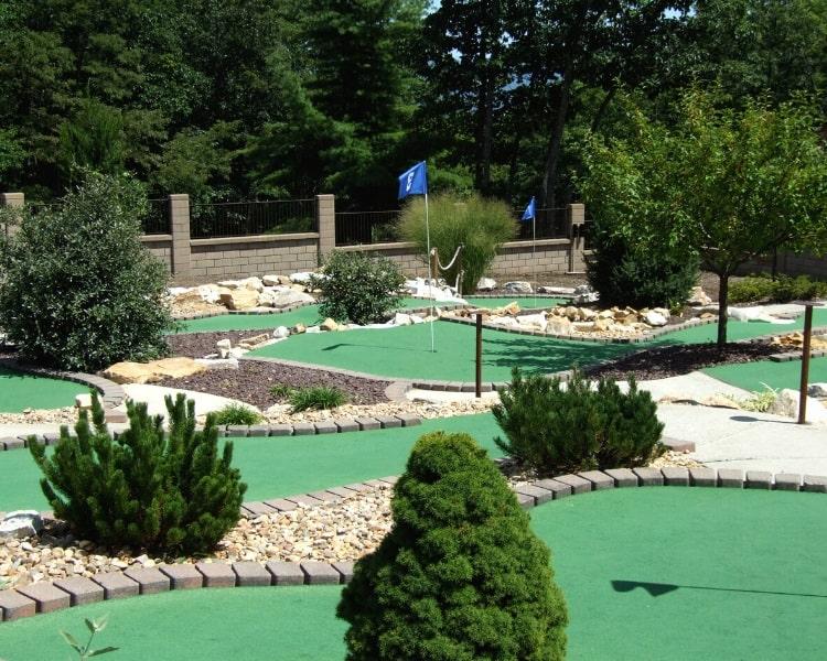 Outdoor mini golf